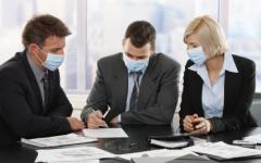 Офис служители с маски