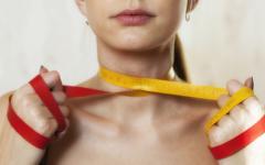 Анорексичната девойка се вижда безкрайно дебела и продължава да гладува