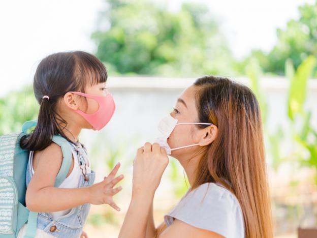 Майка и дъщеря с маски