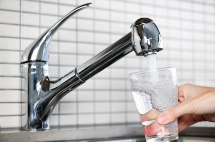 Мъжете трябва да пият повече вода от жените