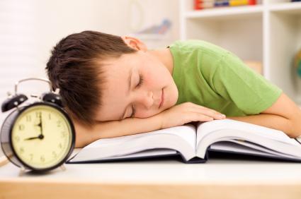 Ученик, заспал над учебник