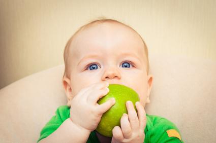 Дете отгризва ябълка