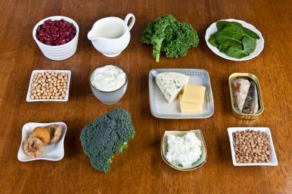 Засегнатите трябва да се хранят пълноценно с продукти, съдържащи калций и вит. D