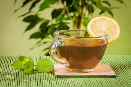 Чаша черен чай с резен лимон